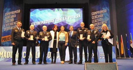 Agentes de Zafra condecorados en Mérida. En el centro, Gloria Pons, alcaldesa de Zafra, y Miguel Ángel Toro, concejal de Seguridad Ciudadana del municipio.
