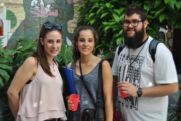 Clara (en el centro) junto a Isabel y Andrés, todos ellos voluntarios de Economistas Sin Fronteras, durante el 12º Encuentro de Economía Solidaria y Alternativa en Córdoba.