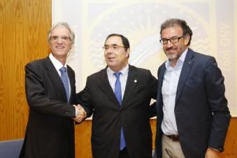 De izquierda a derecha, José Romero, presidente del Grupo Cooperativo El Roble, Vicente Guzmán, rector de la  UPO, y José Antonio Sánchez Medina, director de la nueva cátedra.